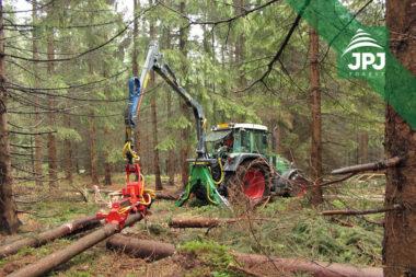Hydraulická ruka FARMA C6,7G3 a kácecí hlavice Naarva S23C na traktoru Fendt